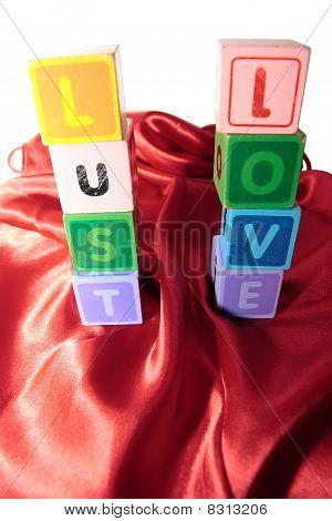 Lujuria y amor en bloques de la letra en camisón de seda