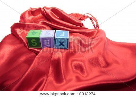 Sexo en cubos de carta en camisón de seda