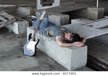 Grunge/Punk Rocker Girl con guitarra (3)