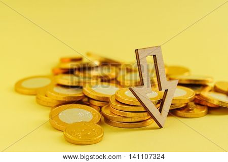 Euro coins with down trend arrow