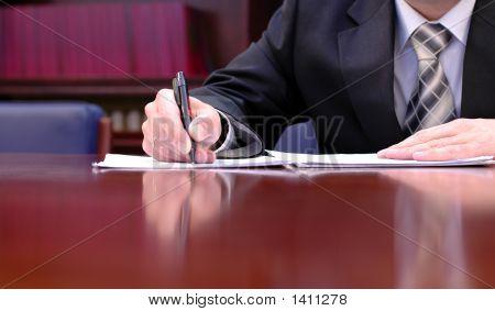 Zakenman Is ondertekening van een Contract