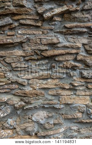 The gray und old stone wall . .