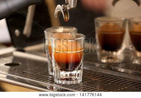 Automatic coffee machine preparing espresso