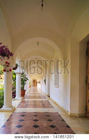 beautiful lobby in Sambata de sus with white columns