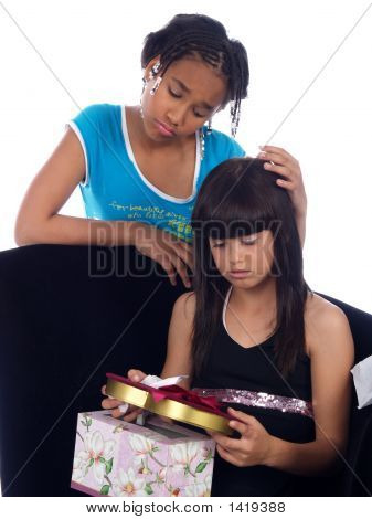 Jovem consolando a menina com uma dor de cabeça