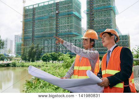 Foreman and investor having meeting at construction site