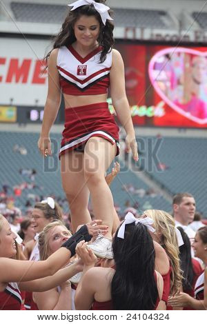 Temple cheerleaders