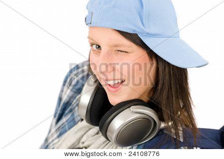 lächelnd Teenager-Mädchen genießen Sie Musik mit Kopfhörern