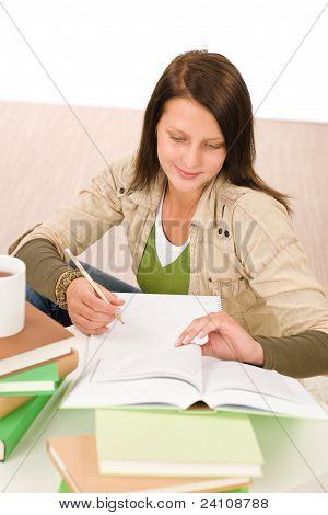 Studenten Teenager-Mädchen schreiben schularbeit mit Buch