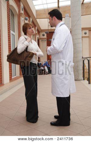 Médico e paciente conversa