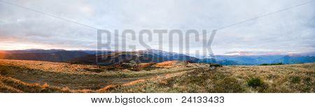 Paisaje de la meseta de la montaña de otoño noche