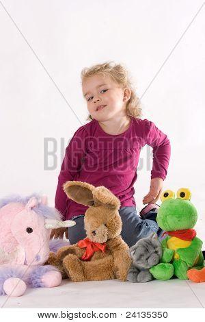 Mädchen mit ausgestopfte Tiere