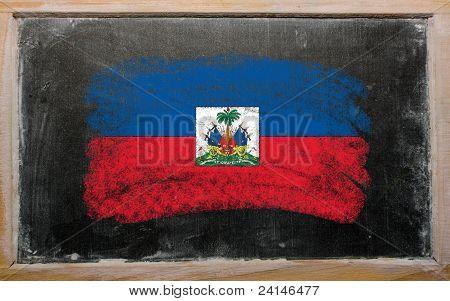 Bandeira do Haiti no quadro-negro pintado com giz