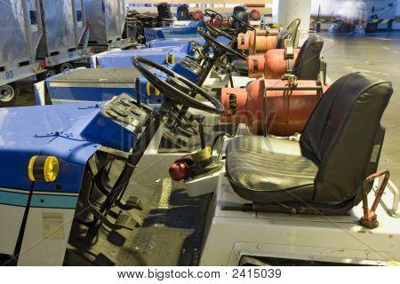 Parkplatz Gas Powered Cargo Autos am Flughafen