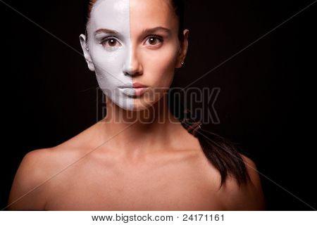 Retrato de estilo de moda de una mujer con maquillaje blanco