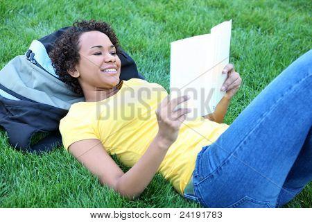Un libro de lectura de mujer bastante afroamericana en Parque