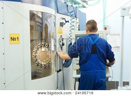 técnico mecânico especializado do centro de máquina de corte cnc fresamento no workshop de ferramenta