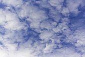 Nubes Entre Un Bonito Cielo Azul De Primavera poster