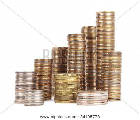 Pilhas de moedas de prata e ouro isoladas