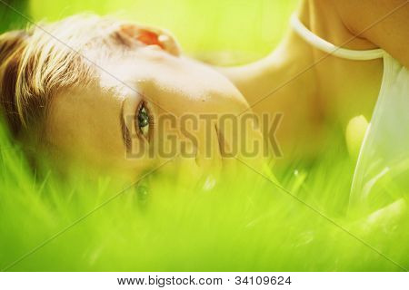 sueño de la mujer en la hierba