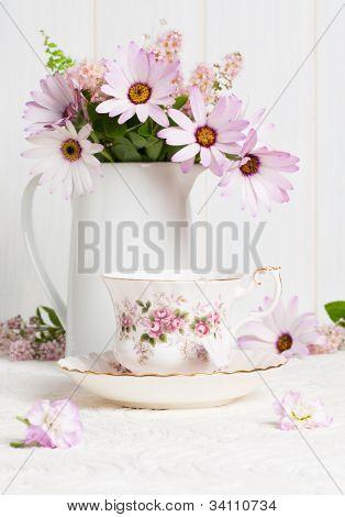 Floral Teetasse mit Krug gefüllt mit Blumen