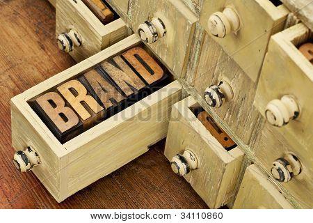 Marke Wort in Vintage-Buchdruck-Holz-Art in einer Schublade der Antike Apotheker Schrank