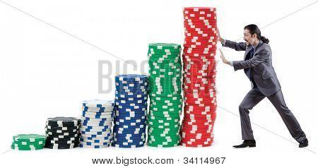 Kaufmann und Casino Chips auf weiß