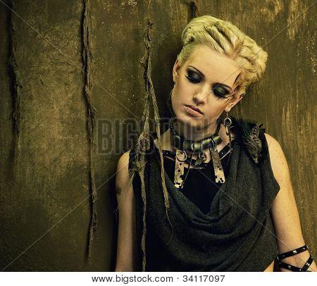Loira menina contra a parede do grunge