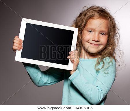 Criança feliz com computador tablet. Apresentando miúdo