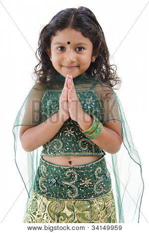 niedliche kleine indisches Mädchen in einer Pose Gruß isoliert