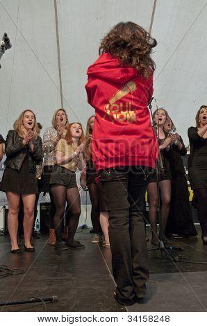 Sänger & Dirigent von Universität von Exeter Soul Chor durchführen live auf der Weltbühne der Gemeinschaft