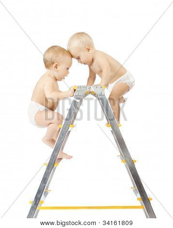 Zwei Babys, Klettern auf Trittleiter und kämpfen um den ersten Platz