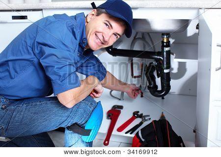 Plomero profesional. Servicio de reparación de plomería.