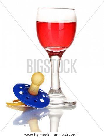 Bebê manequim com bebida alcoólica, isolada no branco