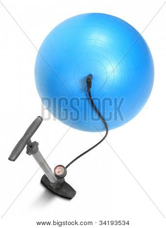 Bomba de aire y vuelo bola azul sobre un fondo blanco. Concepto de pérdida de peso.