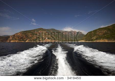 Esteira de barco no mar Mediterrâneo