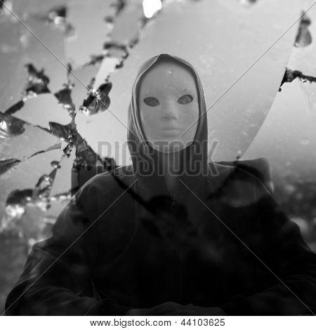 Maskierte Figur Broken Mirror