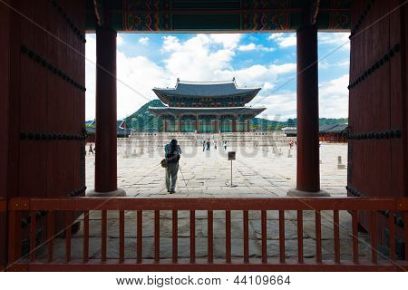 Tourists Gyeongbokgung Palace Gate Door Courtyard