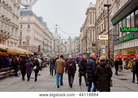 WIEN, AUSTRIA - 24 de diciembre: Compras una calle Graben en 24 de diciembre de 2012 en Viena, Austria.
