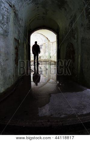Homem em um antigo bunker