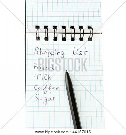 lista de compras em um notebook em close-up de fundo branco