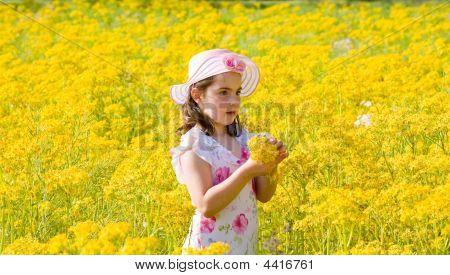Little Mädchen pflücken Blumen