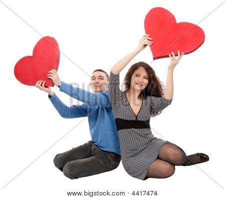 paar sitzend mit Herzen