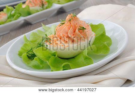 Ovos recheados com patê de salmão