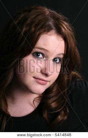 Porträt von ziemlich junges Mädchen mit langen Haaren