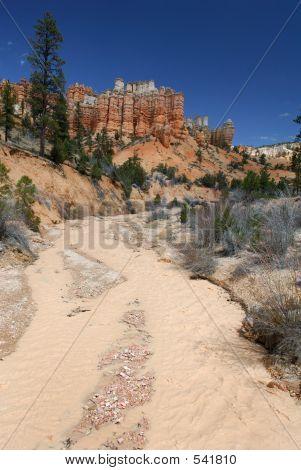 Rio deserto e rochas vermelhas