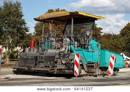 asphalt paving machine
