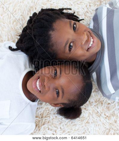 Retratos de afro hermano y hermana en piso