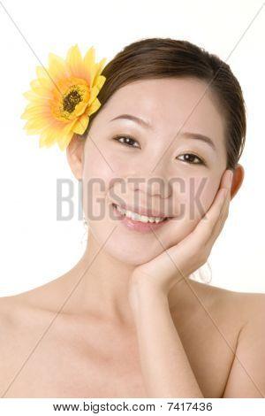 Menina sorridente com flor amarela