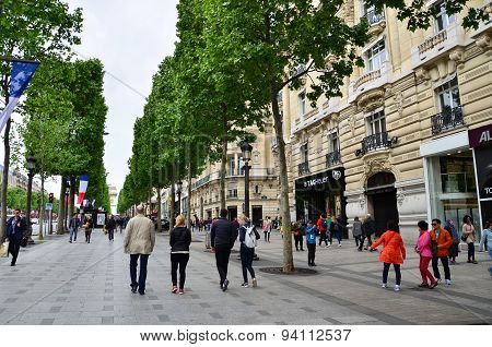 Paris, France - May 14, 2015: Local And Tourists On The Avenue Des Champs-elysees